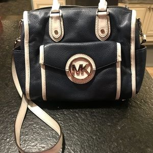 MICHAEL KORS NAVY AND WHITE LEATHER CROSSBODY ✨